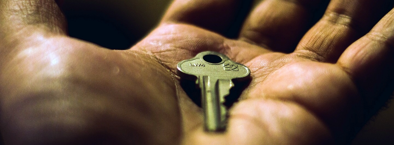 Housing First - das Foto zeigt einen Schlüssel in einer Hand