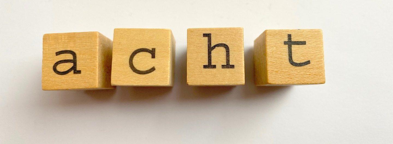 Acht Prinzipien Housing First, wofür das Foto Buchstabenstempel zeigt, die das Wort acht bilden
