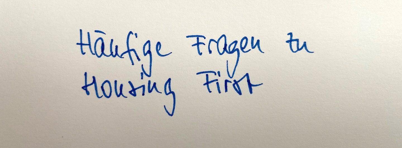"""FAQ - Das Foto zeigt den Text """"Häufige Fragen zu Housing First"""" Fragen, die zu Housing First gestellt werden. Das Foto zeigt den Text"""