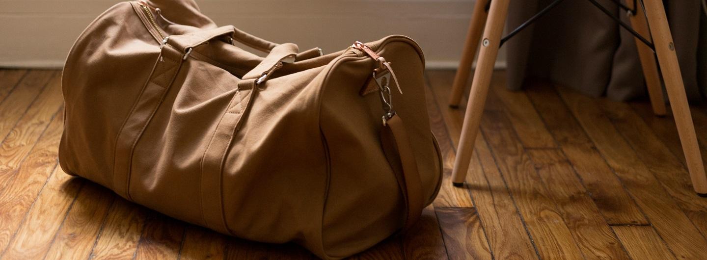 Für wen sich Housing First eignet, nämlich für Menschen, die von Straßenobdachlosigkeit betroffen sind, versinnbildlicht hier das Foto einer Reisetasche.