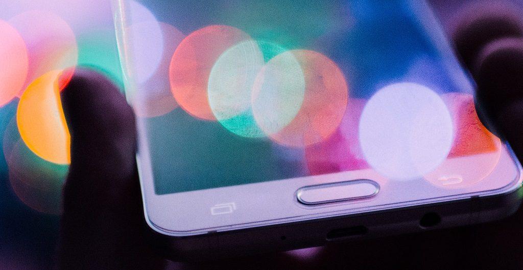 Smartphone mit bunten Reflexen symbolisiert die sozialen Medien, die der Vringstreff nutzt
